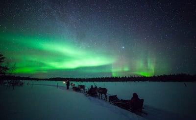 Reindeer_sleigh_ride_under_Northern_Lights