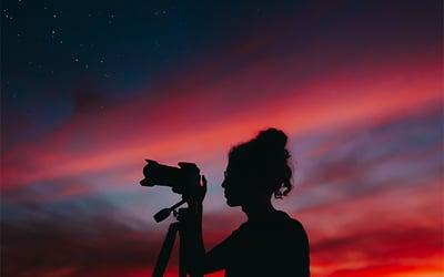 aurora_photographer_adjusting_camera_settings
