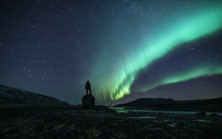 backpacker_watching_aurora