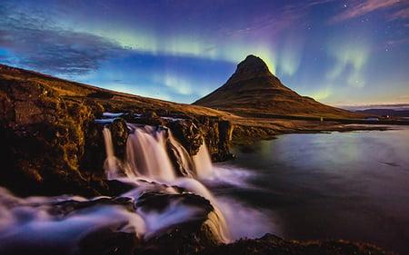 kirkjufell_landscape_and_aurora
